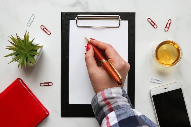 紙に書く女性の手書き