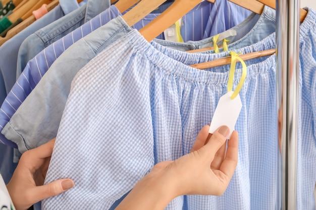 女性の手と服の白紙ラベル