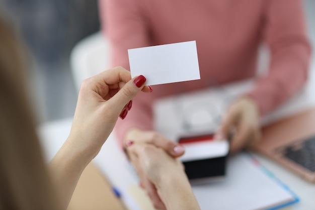 여성의 손에 흰색 명함을 들고있다