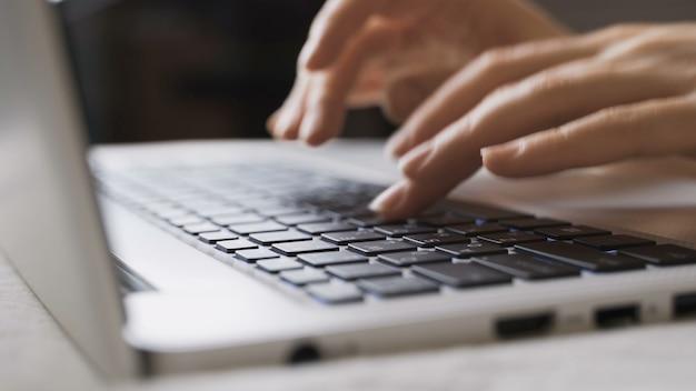 여성의 손이 노트북 키보드에 입력하고 있습니다. 회사원이 키보드 클로즈업에 텍스트를 입력하고 있습니다. 사무실 작업, 컴퓨터 작업. 4k uhd