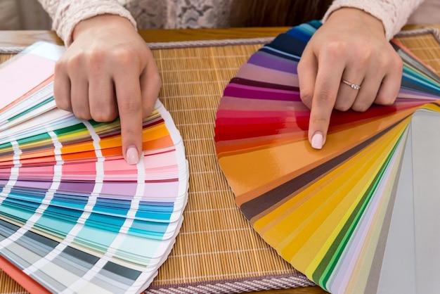 견본, 근접 촬영에 색상을 선택하는 여성 손