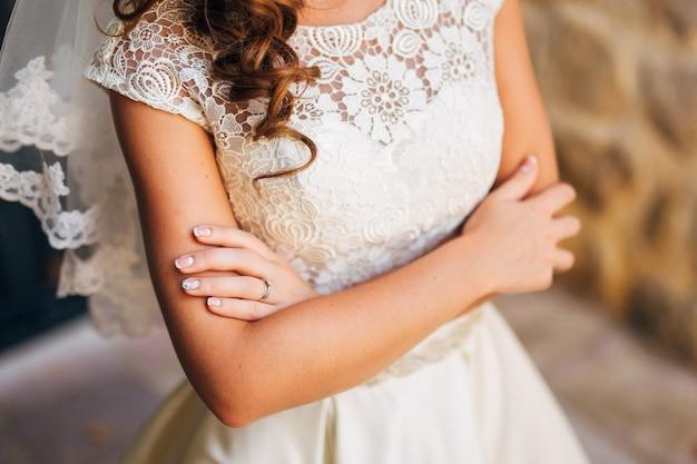 女性の手は屋外でクローズアップします。モンテネグロでの結婚式