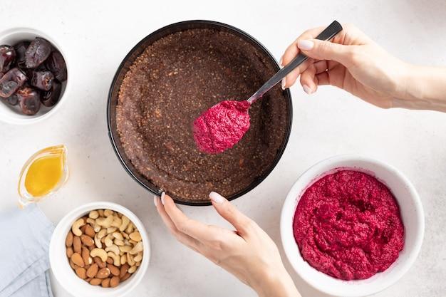 채식주의 비트 뿌리 케이크를 요리하는 여성 손