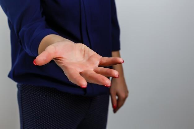 カウントする女性の手。注意、停止