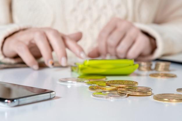 Женские руки подсчитывают стоимость налогов на ндс, делая документы за столом в домашнем офисе, крупным планом