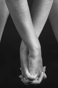 Mani femminili che incrociano le dita