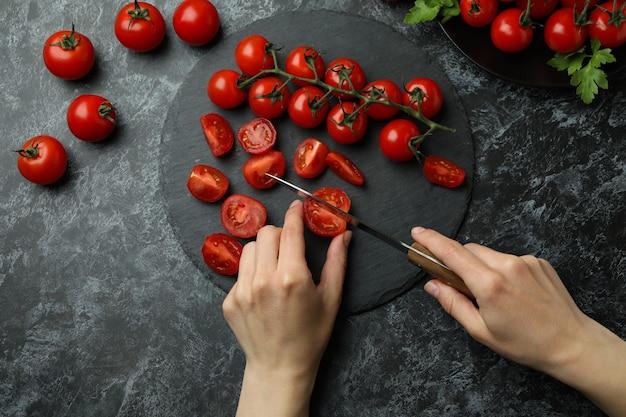 여성 손 트레이, 평면도에 체리 토마토를 잘라