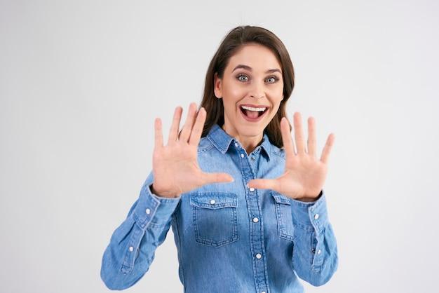 構図をフレーミングする女性の手
