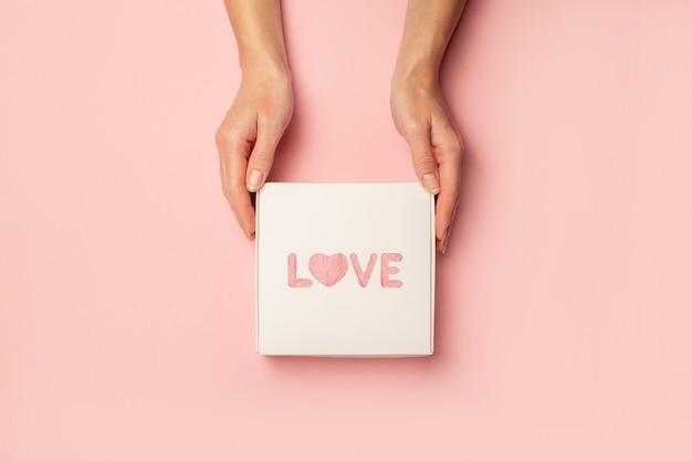 여성의 손을 잡고 비문 사랑으로 선물