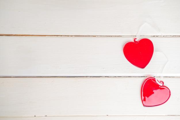 여성의 손을 잡고 유리 붉은 마음. 발렌타인 데이 인사말 카드. 관리 및 건강 개념, 건강 관리, 심장 건강 테마 상위 뷰 복사 공간