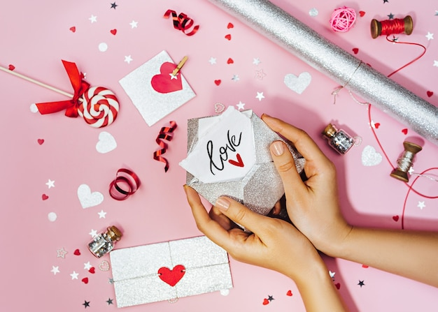 여성의 손을 비문 사랑 봉투에 연애 편지를 개최