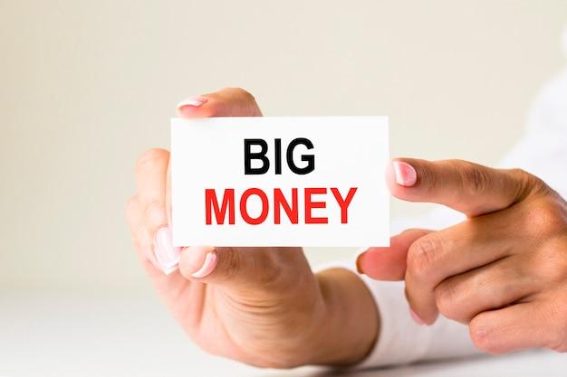 Женские руки держат карточную бумагу с текстом обработка счета на белом светлом фоне. концепция бизнеса и финансов