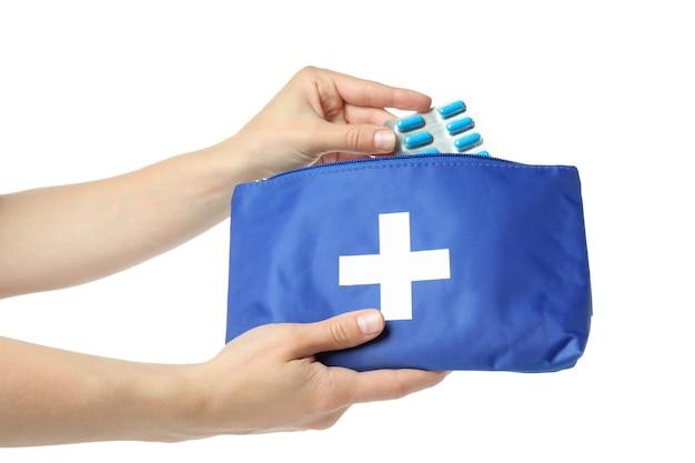 Женские руки держат аптечку первой помощи, изолированную на белом