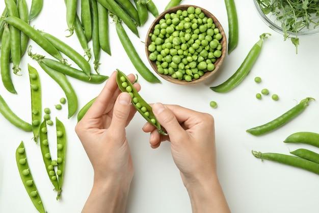 여성의 손을 잡고 흰색, 평면도에 녹색 완두콩