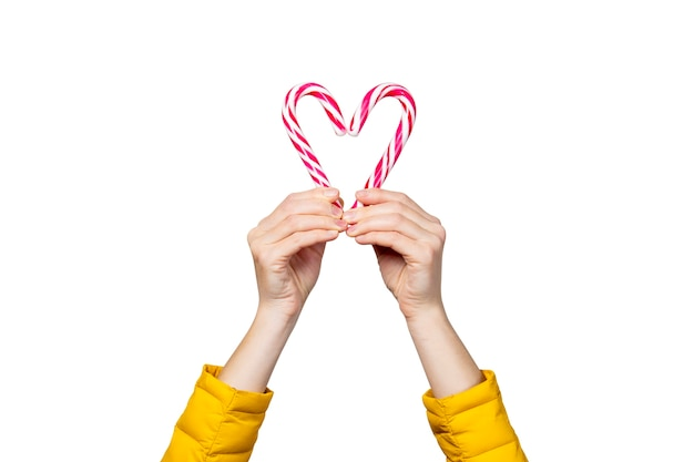 女性の手は孤立したロリポップキャンディーを保持します