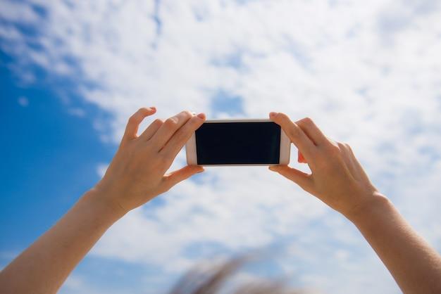 Женские руки держат мобильный телефон