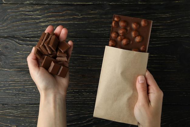 여성의 손을 잡고 나무에 맛있는 초콜릿