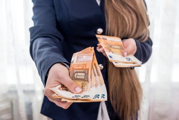 50 유로 지폐를 들고 여성 손 클로즈업