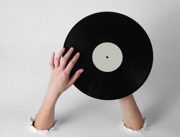 Женские руки, держа виниловую пластинку