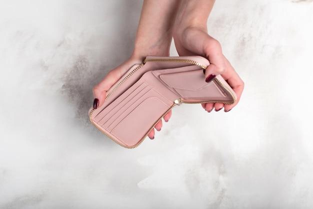 Женские руки, держа пустой бумажник