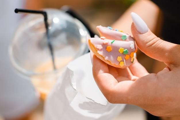 여성 손 클로즈업 야외에서 쿠키를 들고입니다.