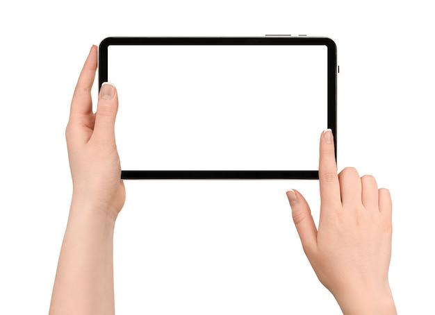 孤立した白い壁にデジタルタブレットを保持している女性の手。画面をスワイプ