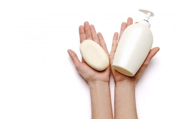 Женские руки держа распределитель брызга дезинфицирующего средства мыла и руки изолированный на белой предпосылке с путем клиппирования