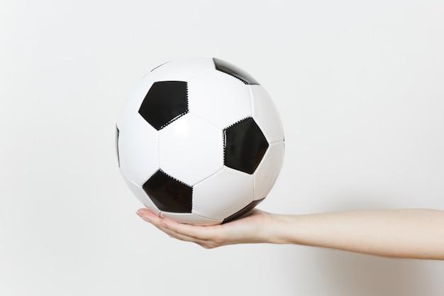 흰색 배경에 고립 된 축구 클래식 흰색 검은 공을 들고 여성 손. 스포츠, 축구, 건강, 건강한 라이프 스타일 개념을 재생합니다.