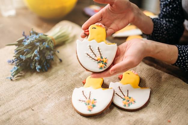 Женские руки держит сладкое печенье с фотографиями
