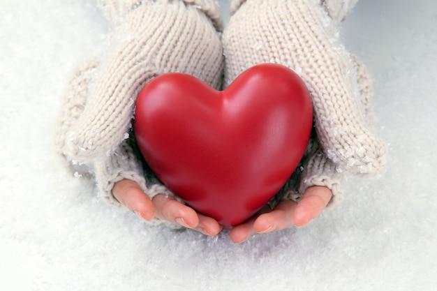 붉은 마음으로 장갑에 여성 손, 클로즈업