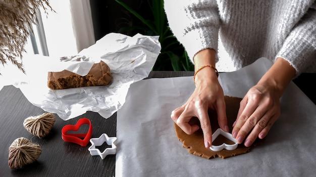 여성 손 반죽 케이크 만들기. 집에서 수제, 수제 케이크 만들기. 레시피, 단계별. 발렌타인 데이 선물을 직접하십시오