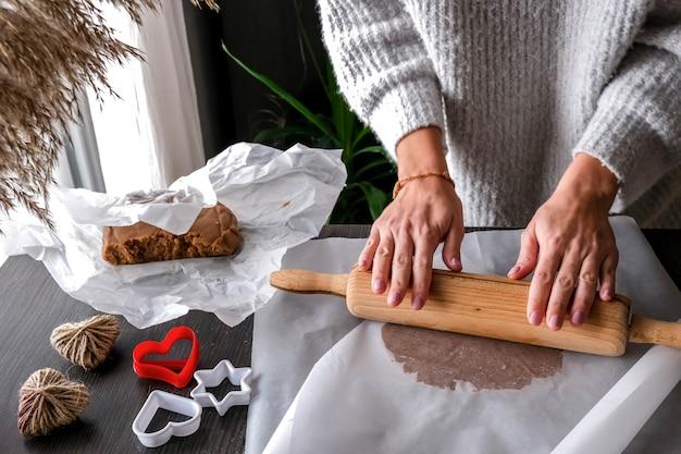 여성 손 반죽 케이크 만들기. 집에서 수제, 수제 케이크 만들기. 레시피, 단계별