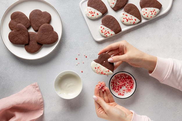 ハートクッキーを作る女性の手