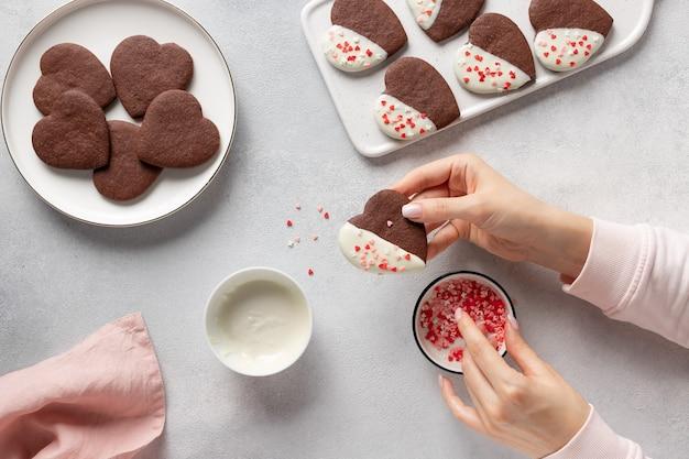 自家製のハート型のクッキーを作る女性の手