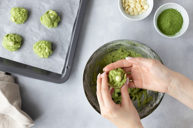抹茶クッキーを作る女性の手