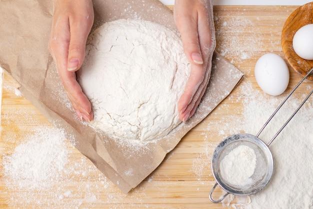 ピザ生地を作る女性の手