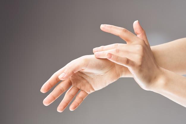 女性の手マッサージスキンケア健康クローズアップ