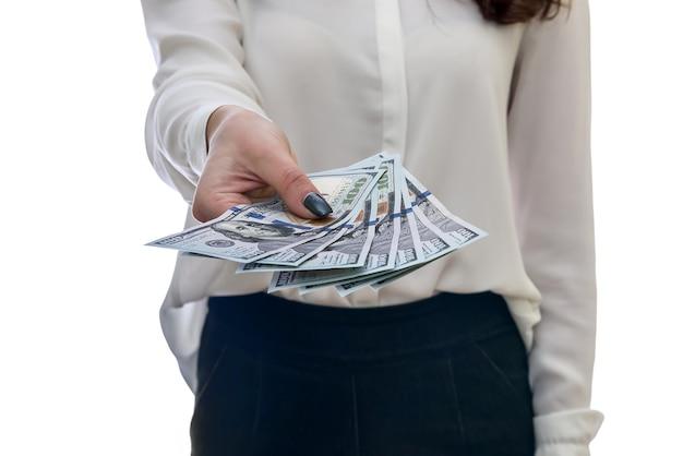 Женские руки, предлагающие долларовые банкноты крупным планом