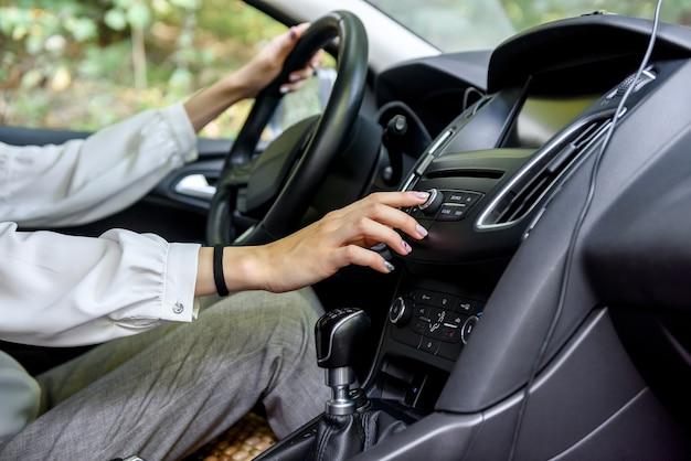 자동차의 스티어링 휠에 여성 손입니다. 여성 운전자, 자동차 인테리어