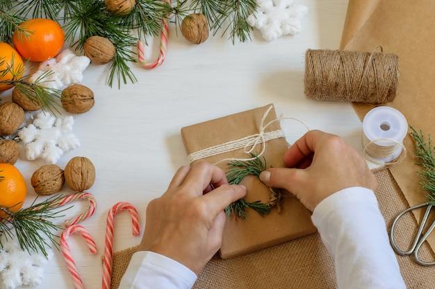 愛のクリスマスプレゼントと女性の手のパッケージ。