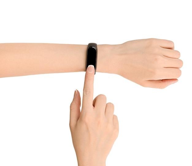 女性の手がスマートウォッチのタッチスクリーンを押します。 white.fitnessトラッカーチェックで分離