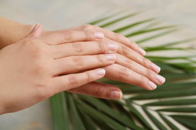 女性の手。スキンケアとマニキュアのコンセプト