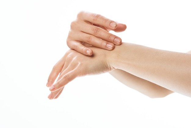 여성 손 피부 관리 근접 촬영 화장품 밝은 배경