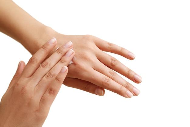女性の手。スキンケアのコンセプトとマニキュア