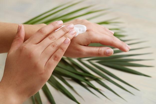女性の手。スキンケアのコンセプト