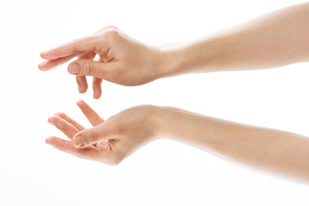女性の手のスキンケア医学のクローズアップ皮膚科