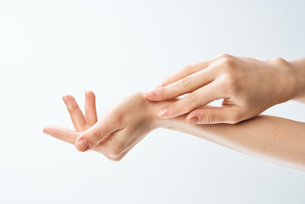 女性の手のスキンケア保湿薬のクローズアップ