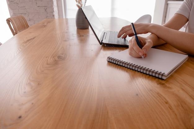 Женские руки, набрав на ноутбуке.