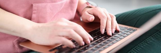 ノートパソコンのキーボードのクローズアップ在宅勤務の概念で入力する女性の手