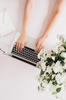 Женские руки, печатающие на ноутбуке